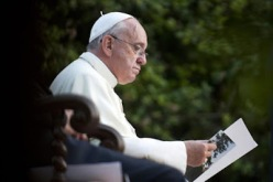 https://uncatolicodenava.files.wordpress.com/2016/07/1d29c-web-pope-francis-gardens-reading-cpp_272485-c2a9alessia-giuliani-cpp-ai.jpg?w=248&h=165